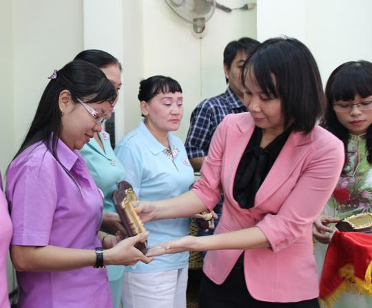 Bà Lê Thị Diễm Ngân, Phó Ban Tổ chức LĐLĐ TP HCM, tặng biểu trưng cho các đảng viên tiêu biểu