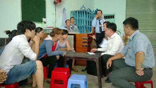 Đại diện cơ quan chức năng huyện Hóc Môn, TP HCM đang giải quyết một vụ tranh chấp do doanh nghiệp không trả lương theo cam kết Ảnh: MAI CHI
