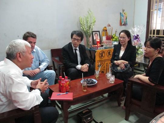 Lãnh đạo Công ty DHL thăm, trao bảo hiểm cho gia đình nhân viên mất vì tai nạn lao động