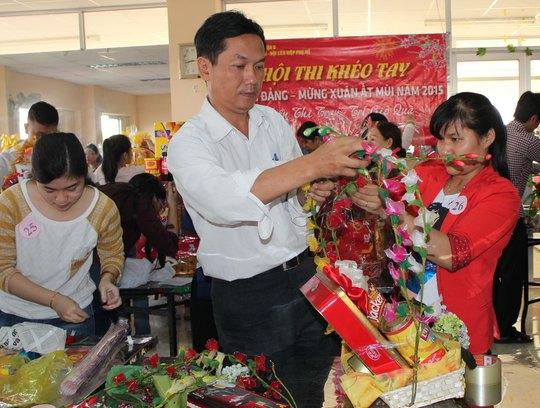 Thí sinh tham gia thi gói quà Tết do LĐLĐ quận 8, TP HCM tổ chức Ảnh: THANH NGA