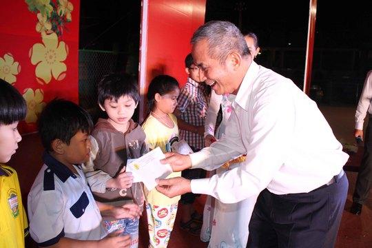 Ông Đặng Ngọc Tùng, Chủ tịch Tổng LĐLĐ Việt Nam, tặng quà Tết cho con công nhân khó khăn Ảnh: HOÀNG TRIỀU