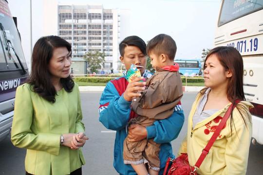 """Bà Nguyễn Thị Thu, Chủ tịch LĐLĐ TP HCM, thăm hỏi công nhân khó khăn về quê ăn Tết theo chương trình """"Tấm vé nghĩa tình"""" Ảnh: HOÀNG TRIỀU"""