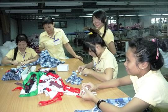 Nhiều lao động trẻ chọn công việc đơn giản ở nhà máy vì không đủ sức cạnh tranh trên thị trường lao động. (Ảnh chụp tại Công ty TNHH May Tân Long Trường, quận 9, TP HCM)