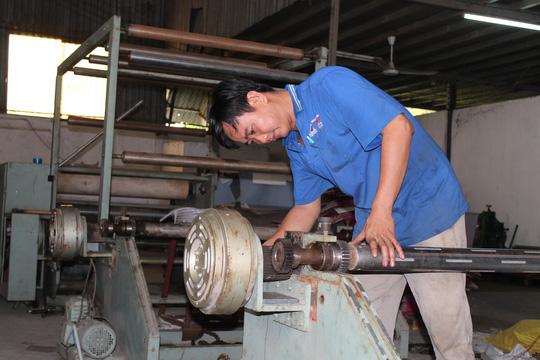 Anh Trịnh Ngọc Thanh lắp ghép máy phân cuộn giấy vệ sinh
