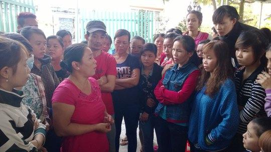 Bà Trần Thị Ngọc Loan động viên công nhân Công ty TNHH May mặc Bảy Nguyệt bị nợ lương