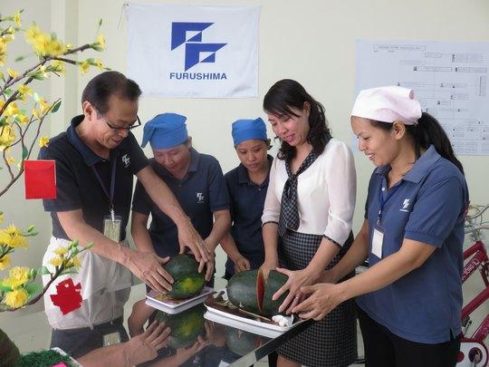 Ông Koji Yamada, Tổng Giám đốc Công ty Furushima, cùng cắt dưa hấu với công nhân vào ngày Tết