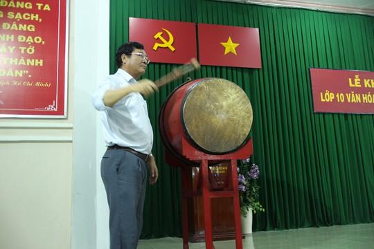 Ông Phạm Hồng Việt, Giám đốc Công ty TNHH MTV Bò sữa TP HCM, đánh trống khai giảng lớp học bổ túc văn hóa tại công ty