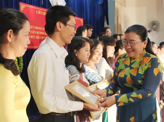 Bà Nguyễn Thị Bích Thủy, Phó Chủ tịch LĐLĐ TP HCM, trao giấy khen cho những cá nhân tiêu biểu học tập và làm theo gương Bác tại quận Gò Vấp, TP HCM