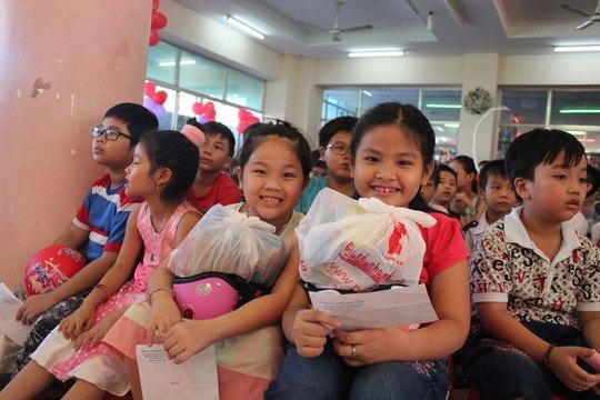 Thiếu nhi quận Gò Vấp, TP HCM vui vẻ khi nhận được phần quà do LĐLĐ quận trao tặng
