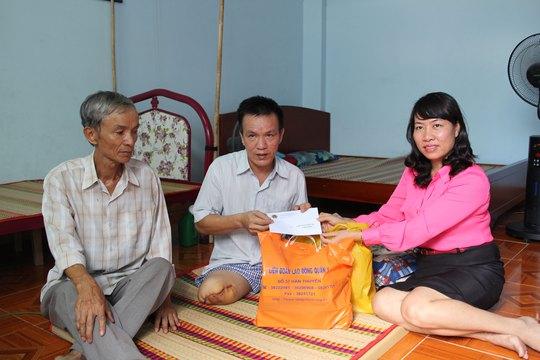 Bà Hồ Bích Ngọc - Chủ tịch LĐLĐ quận 1, TP HCM - đến thăm và tặng quà cho anh Đinh Công Cương