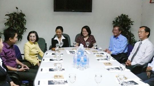 Bà Nguyễn Thị Thu Hà, Phó Bí thư Thành ủy TP HCM (thứ 2, bên trái), trò chuyện với ban giám đốc và NLĐ Công ty Nước uống tinh khiết Sài Gòn trong một lần đến thăm DN