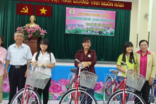 Bà Nguyễn Thị Bích Thủy, Phó Chủ tịch LĐLĐ TP HCM (bìa phải), tặng xe đạp cho con CNVC-LĐ khó khăn tại quận 5