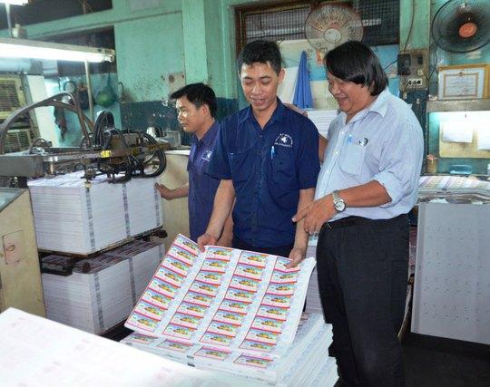Gần gũi, quan tâm đến đời sống công nhân là tác phong của ông Trần Văn Nhanh (bìa phải)