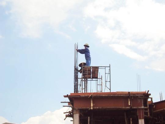Công nhân làm việc trên cao, nguy hiểm nhưng không hề có bảo hộ lao động