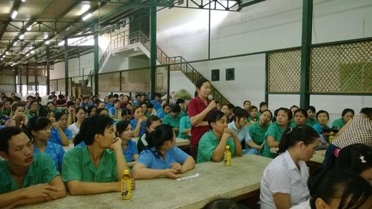 Công nhân đặt câu hỏi tại cuộc đối thoại do Công ty Sambu Vina (huyện Hóc Môn, TP HCM) tổ chức
