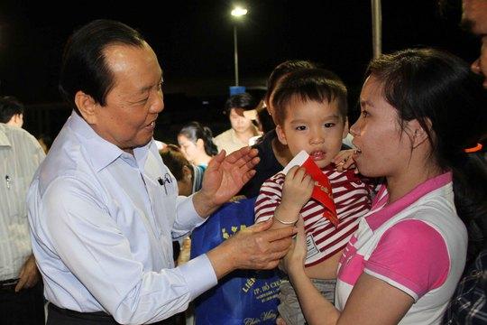 Ông Lê Thanh Hải, Bí thư Thành ủy TP HCM, lì xì Tết cho con công nhân
