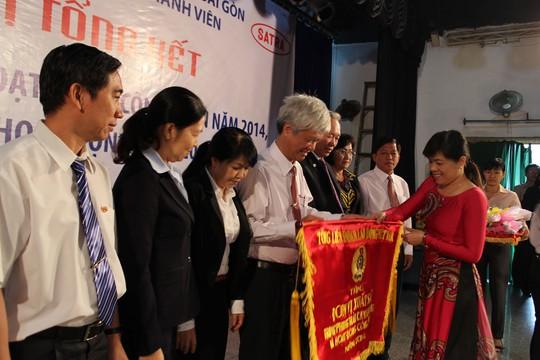 Bà Nguyễn Trần Phượng Trân, Phó Chủ tịch LĐLĐ TP HCM, tặng cờ Tổng LĐLĐ Việt Nam cho Ban Thường vụ Công đoàn Tổng Công ty Thương mại Sài Gòn