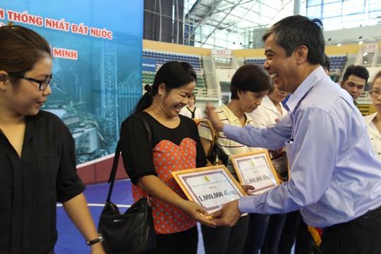 Ông Nguyễn Văn Khải, Phó Chủ tịch Thường trực LĐLĐ TP HCM, trao tiền hỗ trợ cho CNVC-LĐ khó khăn
