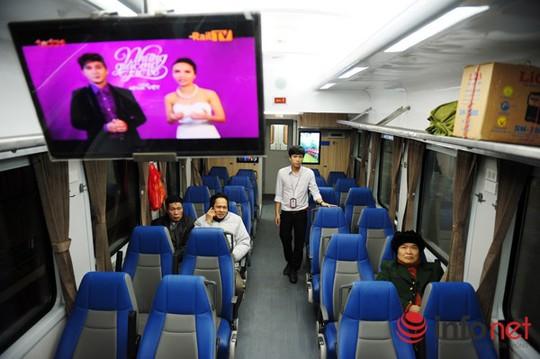 Toàn bộ hệ thống ghế ngồi trong toa ghế mềm điều hòa được thiết kế riêng biệt, tạo cho hành khách tư thế ngồi thoải mái, dễ chịu, ngoài ra trên mỗi toa đều được trang bị màn hình vô tuyến và âm thanh phục vụ hành khách.