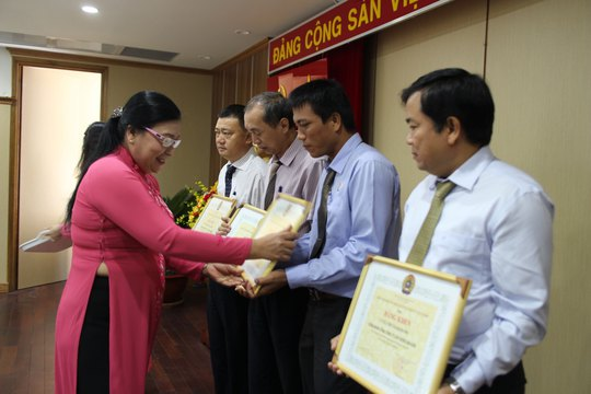 Bà Nguyễn Thị Bích Thủy, Phó Chủ tịch LĐLĐ TP HCM, trao bằng khen cho các tập thể xuất sắc của Công đoàn Tổng Công ty Xây dựng Sài Gòn Ảnh: HỒNG ĐÀO