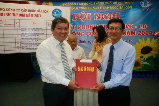 Ông Trần Văn Thành, Chủ tịch Công đoàn SAWACO (bìa phải), nhận bảng đăng ký thi đua từ các đơn vị trực thuộc