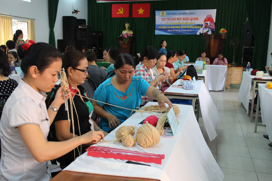 Các thí sinh tham gia hội thi đan, móc khăn len do LĐLĐ quận 3, TP HCM tổ chức Ảnh: HỒNG ĐÀO