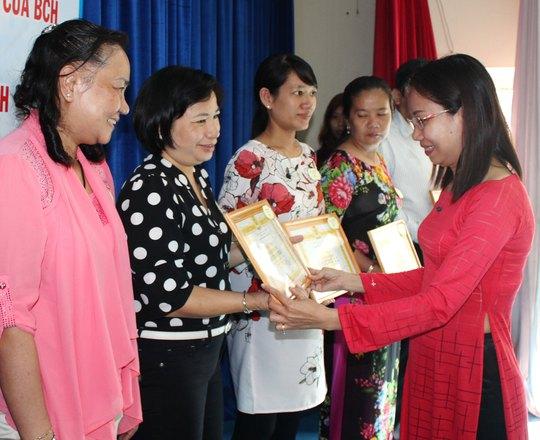 Bà Huỳnh Thị Ngọc Liên, Trưởng Ban Nữ công LĐLĐ TP HCM, tặng giấy khen cho các tập thể tiêu biểu Ảnh: THANH NGA