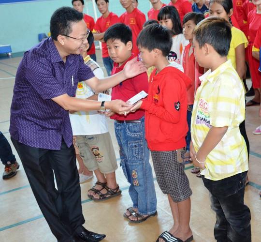 Ông Nguyễn Thành Đô, Chủ tịch Công đoàn các KCX-KCN TP HCM, trao học bổng Nguyễn Đức Cảnh cho con công nhân khó khăn