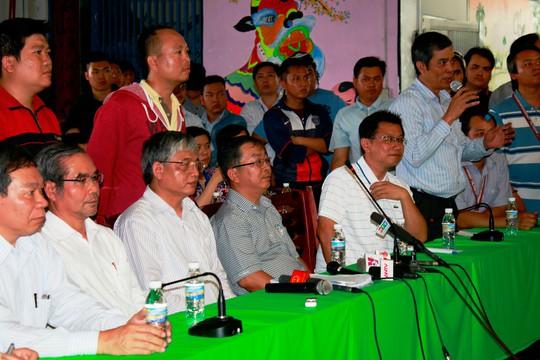 Ông Nguyễn Văn Khải (bìa phải), Phó Chủ tịch Thường trực LĐLĐ TP HCM, tư vấn chính sách BHXH tại Công ty Pou Yuen Việt Nam