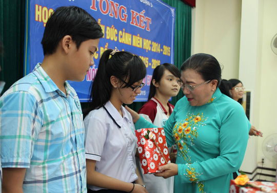 Bà Nguyễn Thị Bích Thủy, Phó Chủ tịch LĐLĐ TP HCM, tặng quà cho con CNVC-LĐ vượt khó, học giỏi