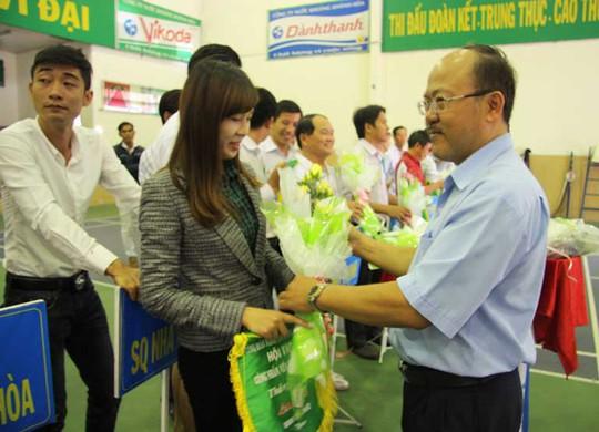 Ban tổ chức tặng hoa và cờ lưu niệm cho các vận động viên dự hội thao