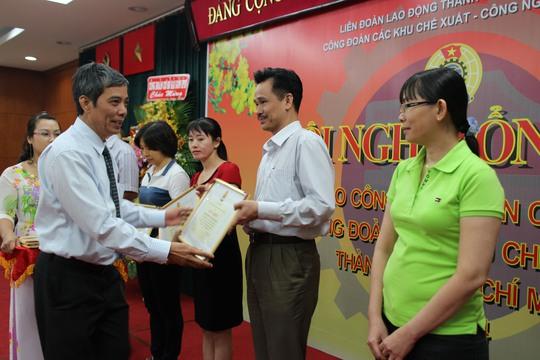 Ông Nguyễn Văn Khải, Phó Chủ tịch Thường trực LĐLĐ TP HCM, trao bằng khen Tổng LĐLĐ Việt Nam cho các tập thể xuất sắc