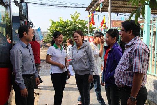 Cán bộ LĐLĐ quận Tân Bình, TP HCM thăm hỏi công nhân Công ty CP Kềm Nghĩa về quê đón Tết