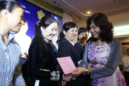 Bà Nguyễn Thị Bạch Lan, Chủ tịch Công đoàn Tổng Công ty Du lịch Sài Gòn, tặng giấy khen cho các nữ CNVC-LĐ đạt danh hiệu 2 giỏi