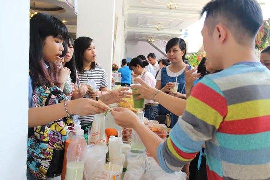 CNVC-LĐ tham gia mua sắm tại Ngày hội CNVC -LĐ quận 1, TP HCM Ảnh: HỒNG ĐÀO