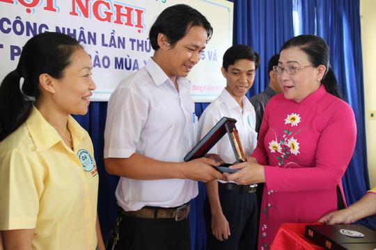 Bà Nguyễn Thị Bích Thủy, Phó Chủ tịch LĐLĐ TP HCM, trao biểu trưng cho các doanh nghiệp chăm lo tốt cho người lao động