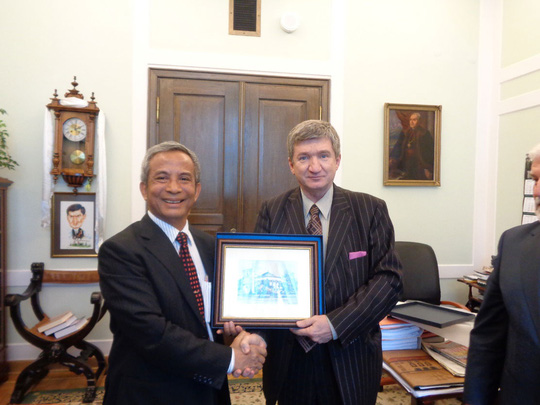 Phó Chủ tịch Hạ viện Ba Lan Jerzy Wenderlich (phải) tặng quà lưu niệm cho Chủ tịch Tổng LĐLĐ Việt Nam Đặng Ngọc Tùng