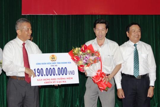 Ông Đặng Ngọc Tùng, Chủ tịch Tổng LĐLĐ Việt Nam (bìa trái), tiếp nhận kinh phí xây dựng Khu Tưởng niệm chiến sĩ Gạc Ma từ các cấp Công đoàn tỉnh Khánh Hòa