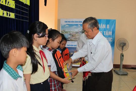 Ông Huỳnh Ngũ Há, Phó Ban Dân vận quận ủy quận 8, TP HCM, trao học bổng cho con CNVC-LĐ Ảnh: THANH NGA