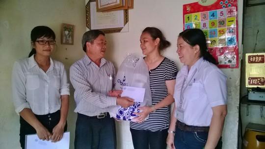 Ông Nguyễn Văn Dễ - Chủ tịch LĐLĐ quận Bình Tân, TP HCM - tặng quà chị Ngô Thị Mỹ Kha, Phó Chủ tịch CĐ Công ty Lạc Tỷ Ảnh: CAO HƯỜNG