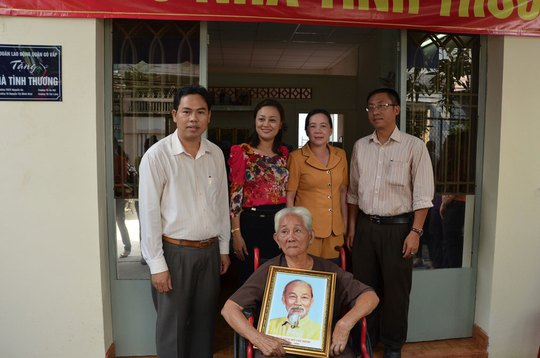 Đại diện LĐLĐ quận Gò Vấp, TP HCM và Công đoàn giáo dục quận chung vui với gia đình bà Lê Thị Tám