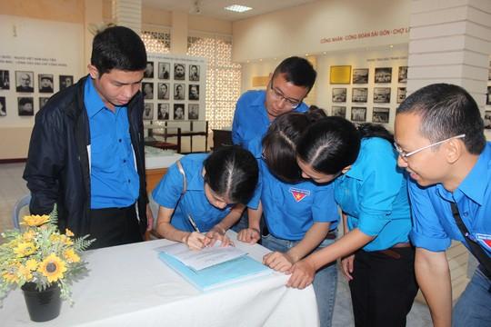 Đội liên quân Chi đoàn CEP và Báo Người Lao Động tại Phòng truyền thống Công nhân-Công đoàn TP HCM (số 14, CMT8)