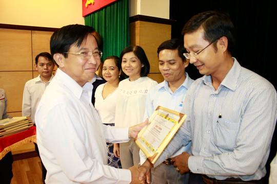 Ông Phạm Quốc Tài, Phó Tổng Giám đốc SAMCO, trao giấy khen cho các tập thể xuất sắc trong cuộc vận động