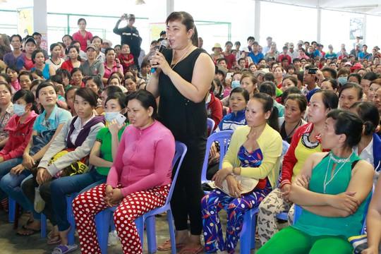 Công nhân nêu thắc mắc tại một buổi tư vấn pháp luật do LĐLĐ quận Bình Tân, TP HCM tổ chức