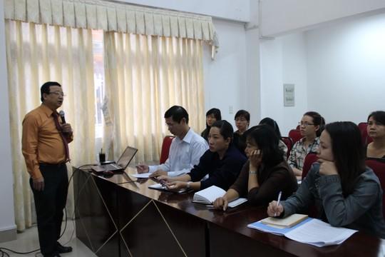 Ông Trần Đức Phương, Hiệu trưởng Trường Trung cấp CĐ TP HCM, tập huấn cho cán bộ LĐLĐ quận 1 về kỹ năng xây dựng thỏa ước lao động tập thể