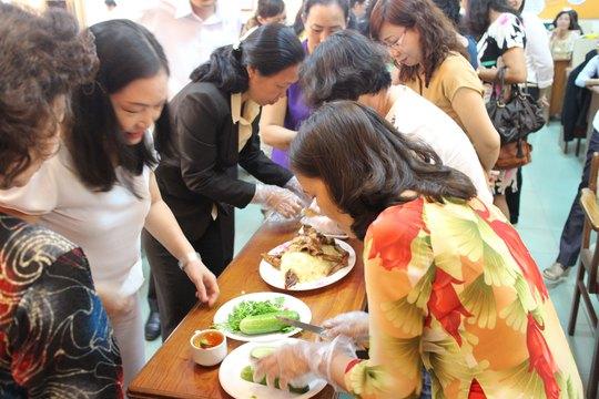 Các thí sinh trong phần thi ẩm thực trình bày món ăn Ảnh: HỒNG ĐÀO