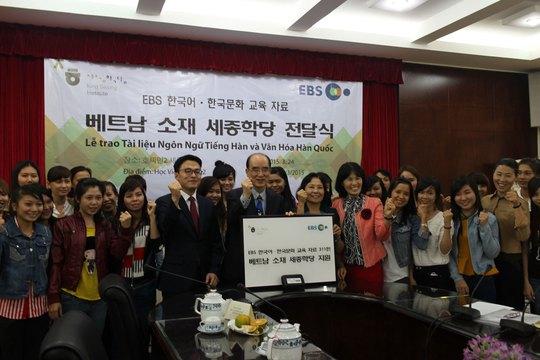 Đại diện Đài Truyền hình Giáo dục Hàn Quốc EBS và các học viên của Trung tâm Hàn Quốc học trong buổi trao tặng tài liệu