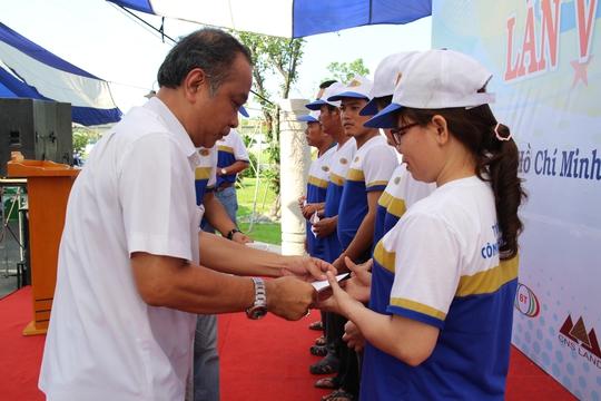 Ông Vương Phước Thiện, Trưởng Ban Tuyên giáo LĐLĐ TP HCM, tặng quà cho công nhân có hoàn cảnh khó khăn tại Ngày hội Công nhân CNS