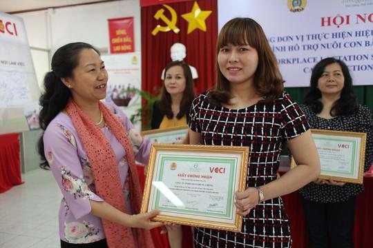 Bà Nguyễn Thị Thu Hồng, Phó Chủ tịch Tổng LĐLĐ Việt Nam, trao giấy khen cho các đơn vị