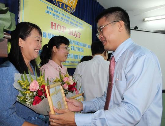 Ông Cao Văn Thăng, Chủ tịch LĐLĐ quận Phú Nhuận, trao giấy khen cho cá nhân xuất sắc Ảnh: THANH NGA